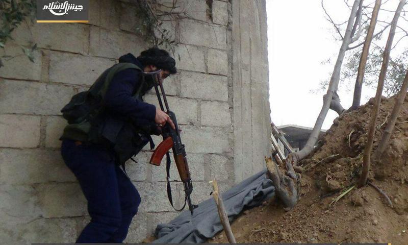 مقاتل من جيش الإسلام على جبهة الريحان شرق الغوطة الشرقية - 31 آذار 2017 - (جيش الإسلام)