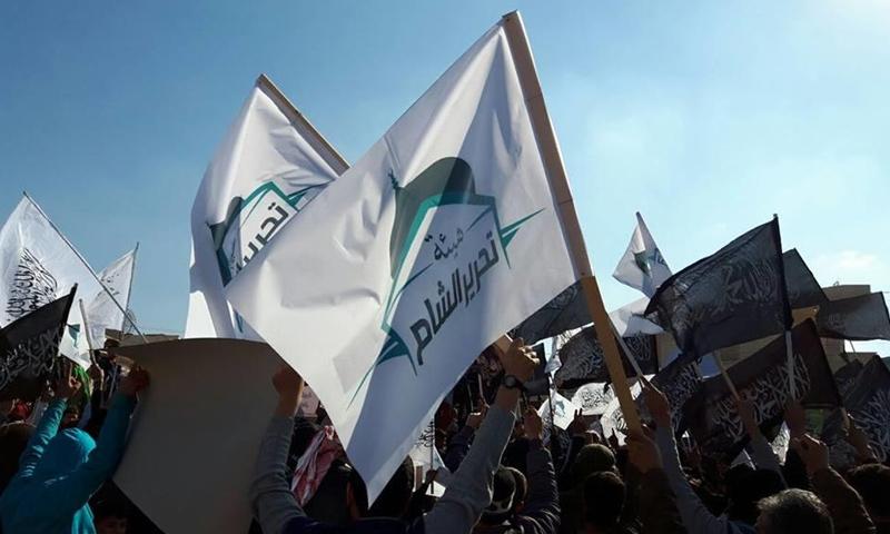 راية هيئة تحرير الشام في مظاهرة شمال سوريا (انترنت)