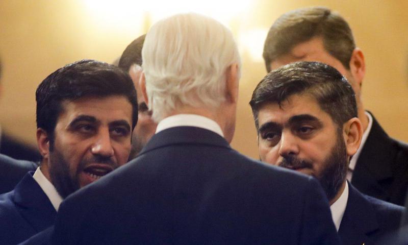 وفد المعارضة السورية مع ستيفان ديميستورا في محادثات أستانة - كانون الثاني 2017 - (AP)