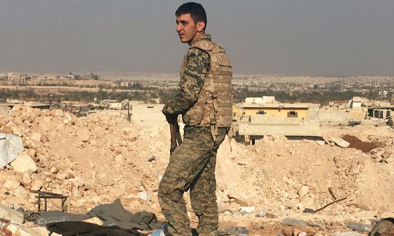 مقاتل من قوات الأسد بريف حلب الشرقي- (سبوتنيك)