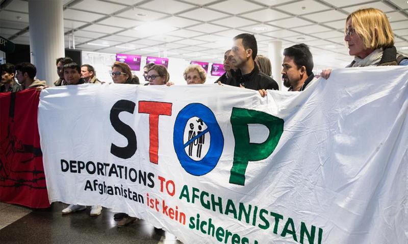 متظاهرون ألمان يرفضون ترحيل طالبي لجوء أفغان من بلادهم - (انترنت)