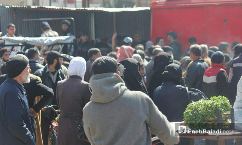 تعبيرية: تجمهر أهالي الوعر في حمص مع دخول سيارات الخضار والفواكه إلى الحي - 19 آذار 2017 (عنب بلدي)