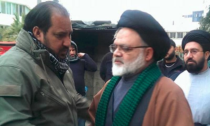 """أسعد البهادلي (يسار الصورة) يستقبل المعزين بشقيقيه قائد ميليشيا """"لواء الحسين"""" - 18 آذار 2017 (صفحة اللواء في فيس بوك)"""