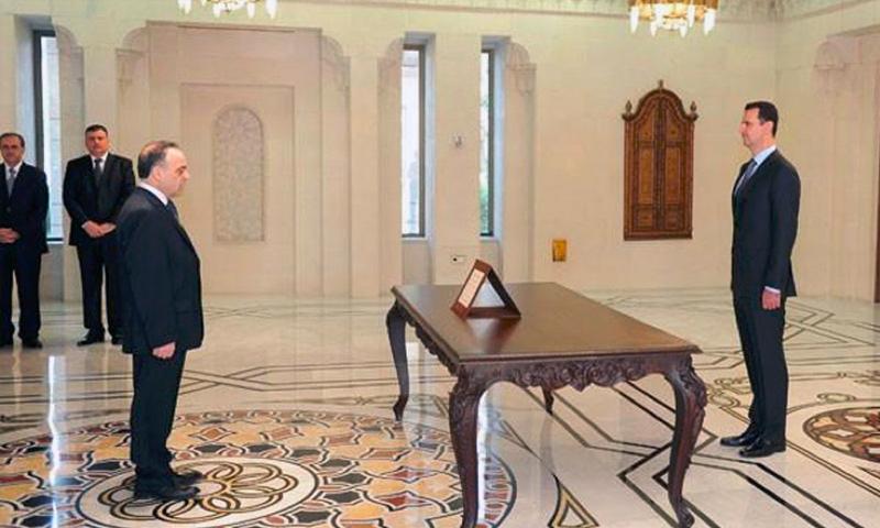 الأسد يستقبل وزراء حكومة رياض حجاب وبينهم عماد خميس عام 2012 (سانا)
