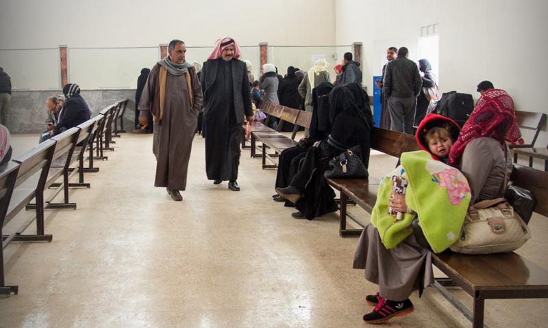 """سوريون داخل مكتب إدارة معبر """"باب الهوى"""" - 13 آذار 2017 (إدارة المعبر)"""