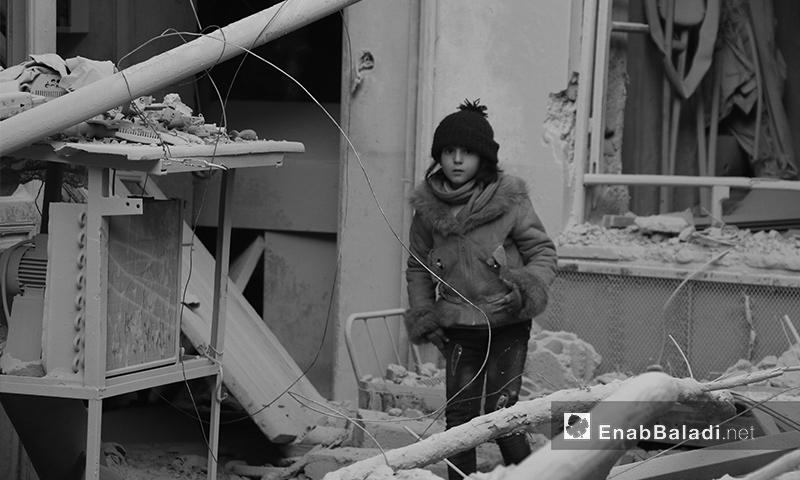 طفلة تقف بين الدمار في الغوطة الشرقية - آذار 2017 (عنب بلدي)