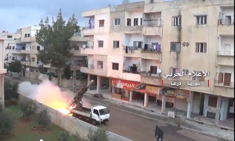 راجمة صواريخ فيل تشن هجمات من بين المنازل في حي السحاري (الإعلام الحربي للنظام)