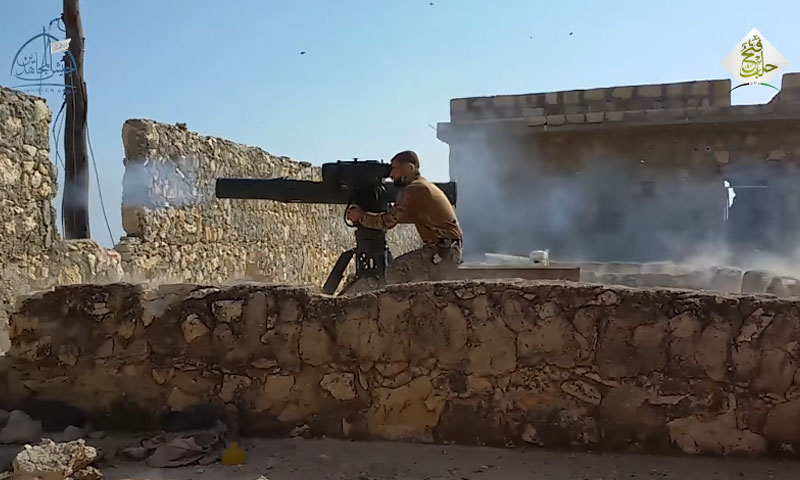"""مقاتل من """"جيش المجاهدين"""" يستخدم صواريخ """"تاو"""" بريف حلب (يوتيوب)"""