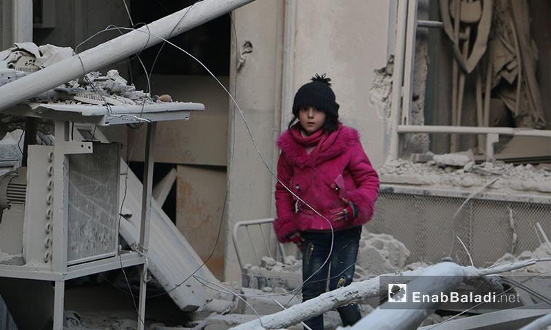 طفلة وسط الدمار في مدينة دوما بالغوطة الشرقية - 1 آذار 2017 (عنب بلدي)