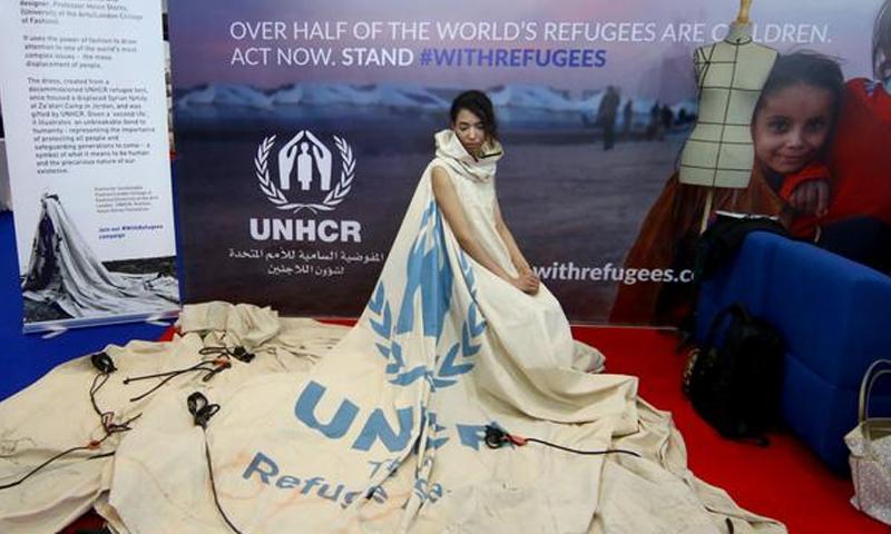 ثوب من خيمة لاجئين سوريين في معرض بدبي - الجمعة 24 آذار - (انترنت)
