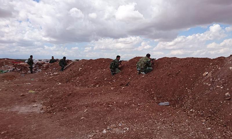عناصر من قوات الأسد على أطراف بلدة قمحانة في ريف حماة الشمالي- الأربعاء 22 آذار (فيس بوك)