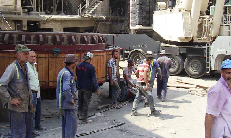 عمال من شركة إسمنت طرطوس (إنترنت)