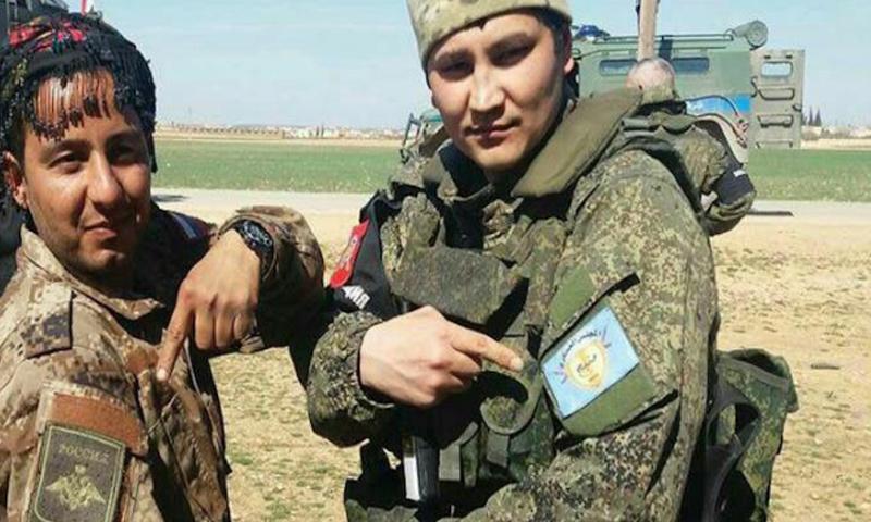 """مقاتل يعتقد أنه روسي إلى جانب مقاتل كردي من """"قسد"""" في ريف منبج الغربي- الخميس 9 آذار (فيس بوك)"""