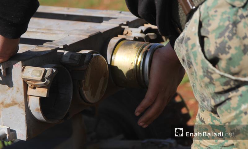 """تجهيز القذائف قبيل انطلاق معركة """"صدى الشام"""" في ريف حماة الشمالي الغربي- 25 آذار (عنب بلدي)"""