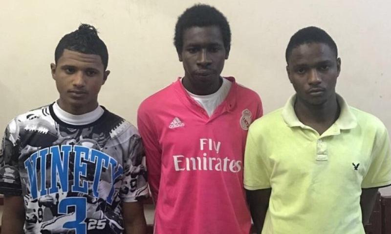 موقوفون ألقي القبض عليهم في قضية الاعتداء على رجل أمن في جدة- الأربعاء 8 آذار (تويتر)