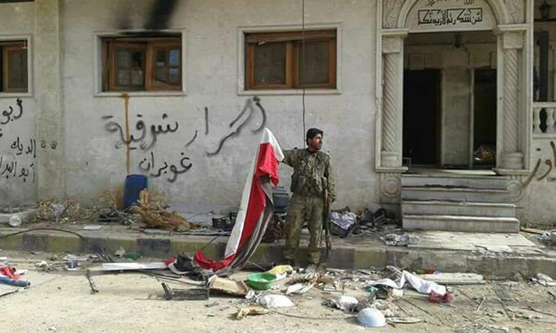 """مقاتل من """"درع الفرات"""" في بلدة تادف عقب خروج قوات الأسد منها- الأحد 26 آذار (تنسيقية الباب)"""