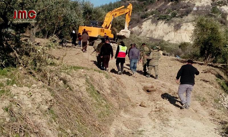 جرافة تركية تجرف أراضٍ زراعية في ريف جسر الشغور الشمالي- 22 آذار (مركز جسر الشغور الإعلامي)