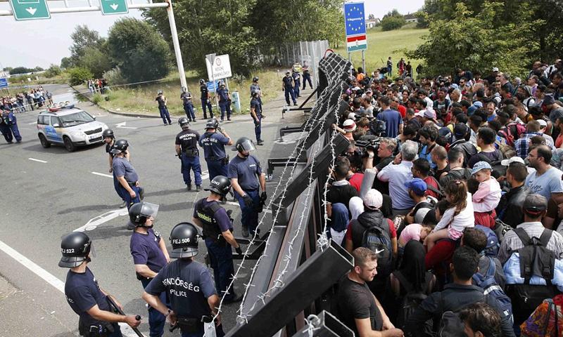 اشتباكات بين مهاجرين والشرطة المجرية على الحدود مع صربيا - (انترنت)