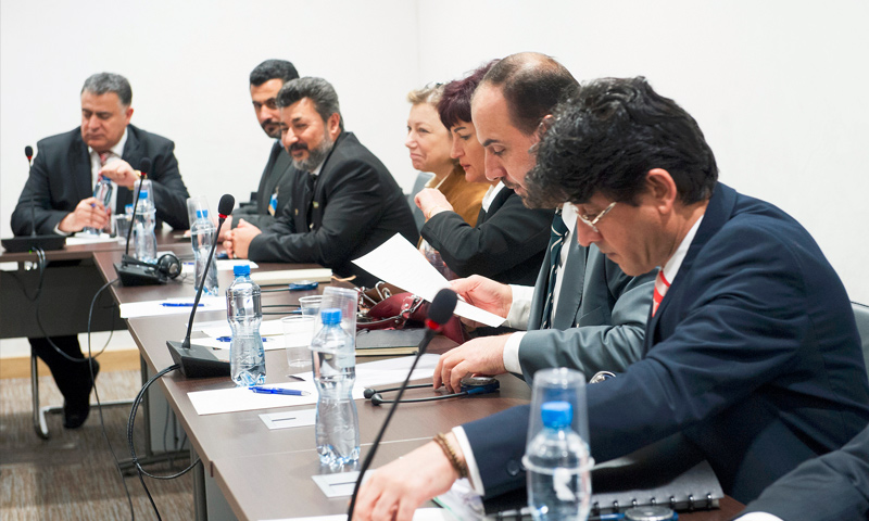 """لقاء وفد """"الهيئة العليا"""" المعارضة بالمبعوث الأممي إلى سوريا، ستيفان دي ميستورا في جنيف - 2 آذار 2017 (Violaine Martin/UN)"""