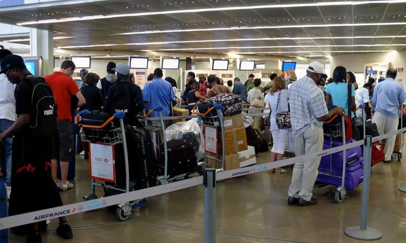 لاجئون في مطار أورلي الدولي بالعاصمة الفرنسية باريس - (انترنت)