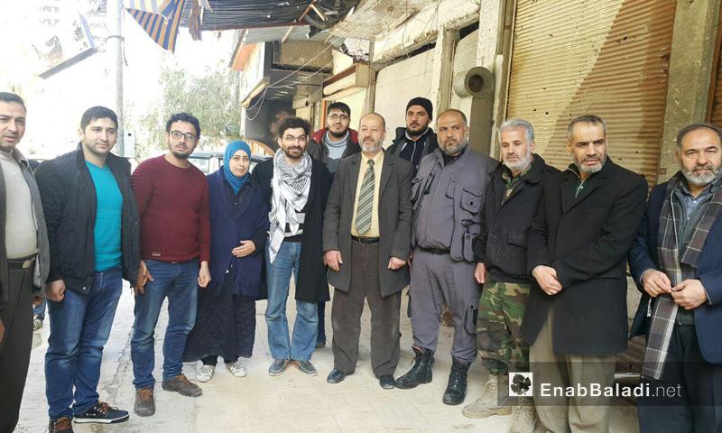 أسامة نصار إلى جانب ثائر حجازي وأكرم طعمة أثناء إعادة افتتاح المكاتب المدنية في مدينة دوما- الاثنين 13 آذار (عنب بلدي)