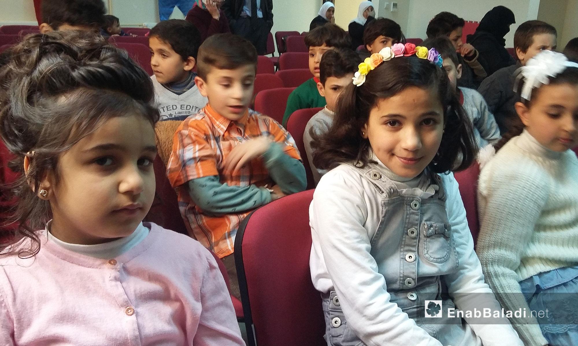 أطفال سوريون يؤدون عرضًا مسرحيًا في أورفة التركية - 4 آذار 2017 (عنب بلدي)