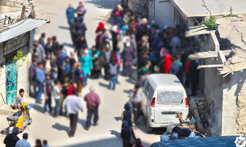 مواطنون من برزة يقفون للحصول على مادة الخبز- الخميس 30 آذار (مكتب برزة الإعلامي)