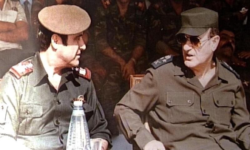 حافظ الأسد إلى جانب شقيقه رفعت الأسد - (انترنت)