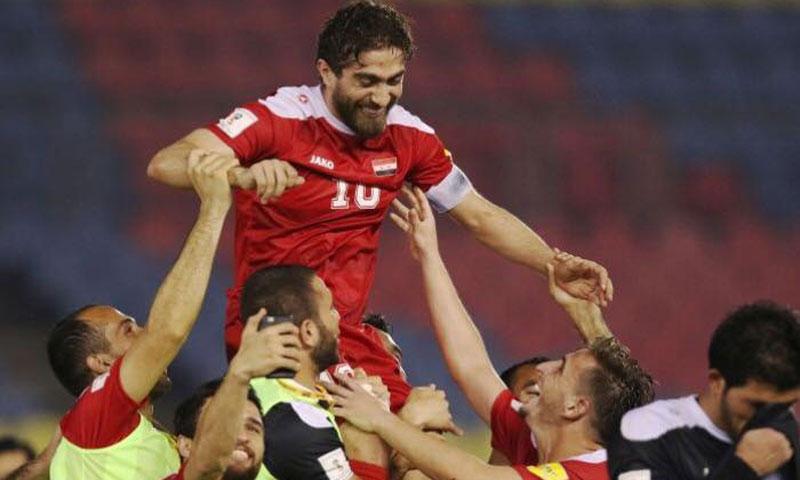 لاعبو المنتخب السوري يرفعون فراس الخطيب على الأكتاف بعد الفوز على أوزبكستان (انترنت)