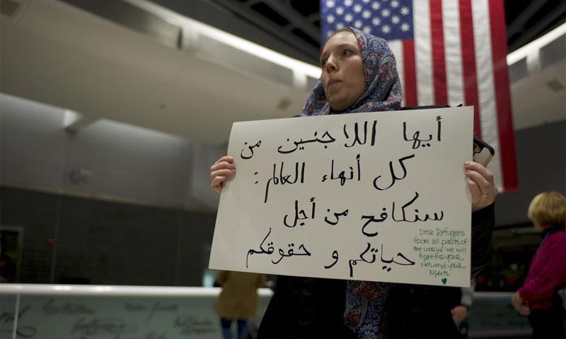 مواطنة أمريكية تتظاهر تعاطفًا مع اللاجئين ضد قرار الرئيس الأمريكي، دونالد ترامب، في مطار فلادلفيا 28 كانون الثاني 2017 (Nur)