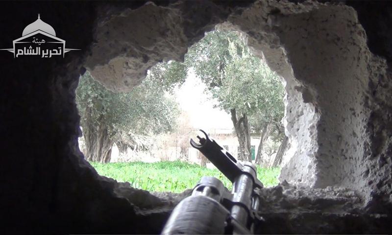 """سلاح عنصر من """"تحرير الشام"""" على جبهة حي برزة في دمشق (تحرير الشام)"""