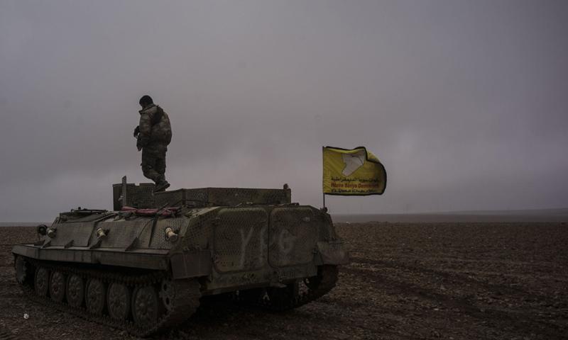 آلية عسكرية تابعة لقوات سوريا الديموفراطية في محيط مدينة الرقة - (AFP)