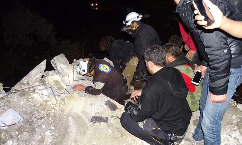 فرق الدفاع المدني تبحث عن عالقين تحت الأنقاض في كفرنبل- الأحد 5 آذار (فيس بوك)