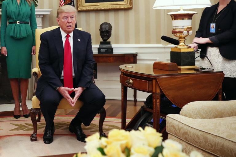 الرئيس الأمريكي دونالد ترامب في المكتب البيضاوي - 5 نيسان 2017 (نيويورك تايمز)