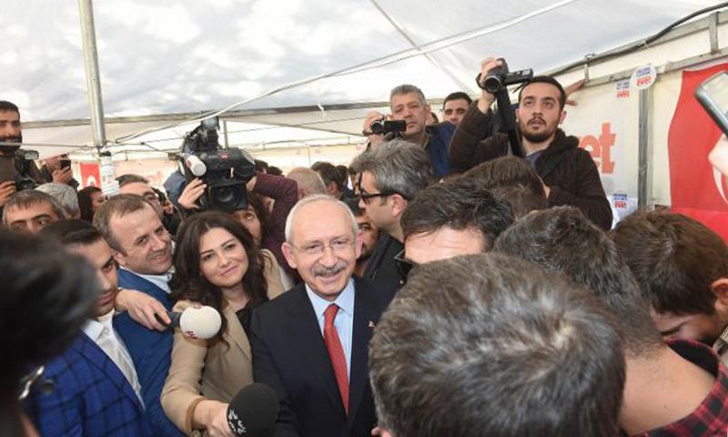 زعيم حزب الجمهور الشعبي التركي كمال قيليتشدار أغلو في زيارة لخيمة موالية للاستفتاء في مدينة غازي عنتاب (5F Haber)