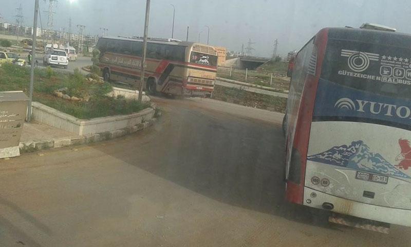 حافلات مهجري الزبداني تدخل إلى منطقة الراشدين غرب حلب - 21 نيسان 2017 (فيس بوك)