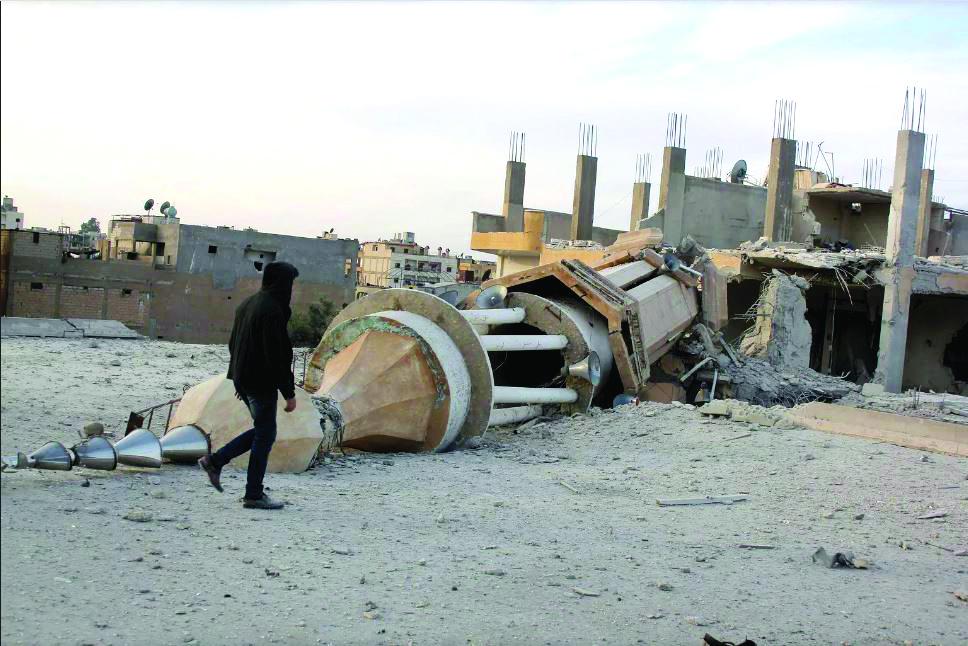 مأذنة مسجد في الرقة سقطت جراء غارات طيران التحالف الدولي على المدينة - (إنترنت)