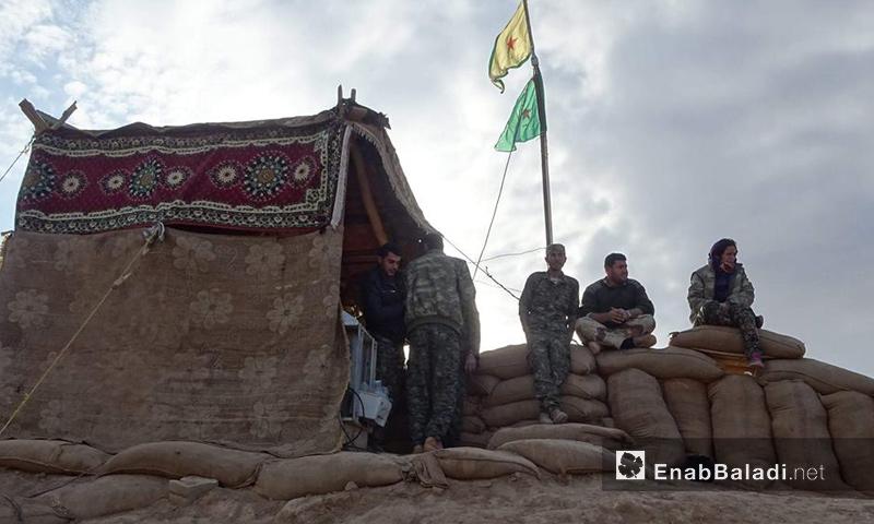 عناصر من وحدات حماية الشعب الكردية في مدينة القامشلي (عنب بلدي)