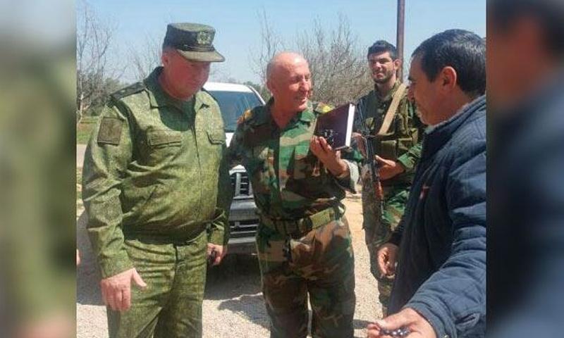 لقاء أحد القائمين على ميليشيا درع الوطن مع أحد الضباط الروس - (ليبانون ديبايت)
