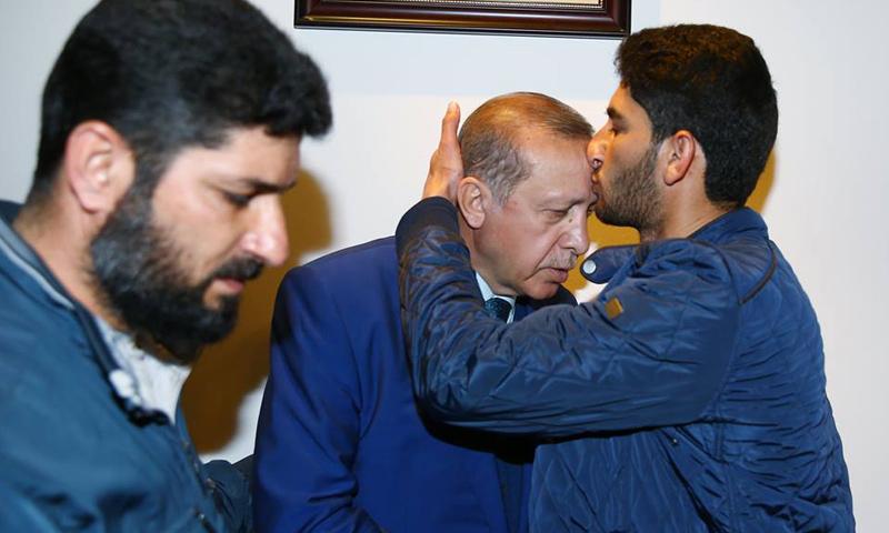 الشاب عبد الحميد اليوسف أثناء استقبال الرئيس التركي أردوغان- 7 نيسان-(TRT)