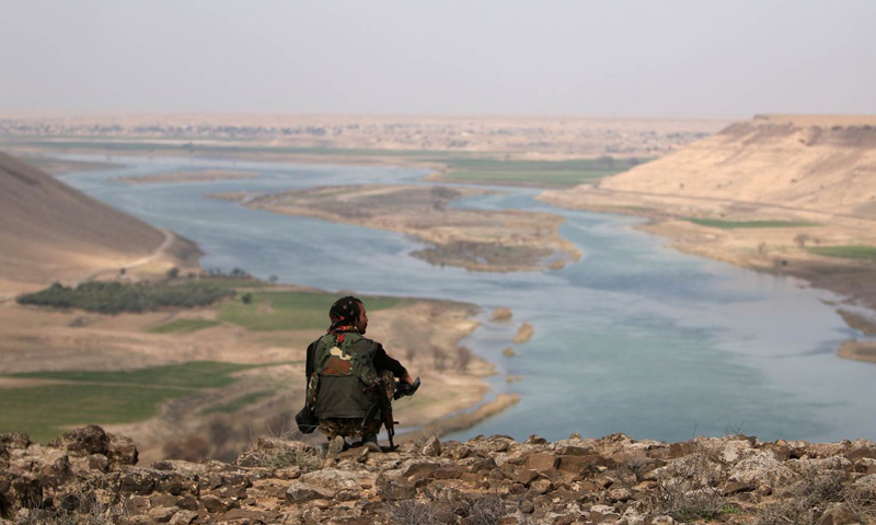 مقاتلة من قوات سوريا الديموقراطية في محيط مدينة الرقة- (رويترز)