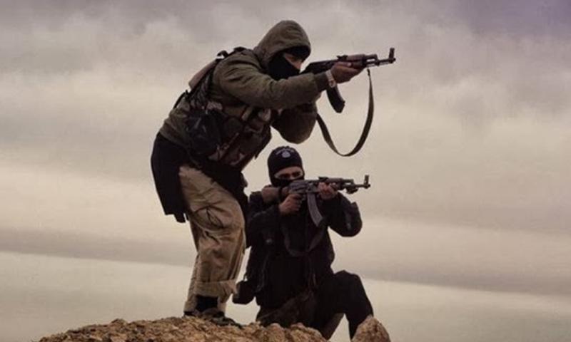 عنصرين من تنظيم الدولة الإسلامية بريف حمص الشرقي - (انترنت)