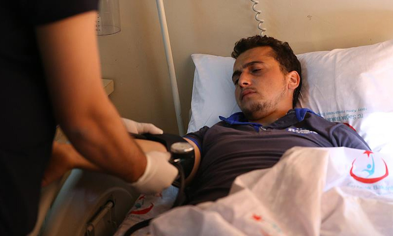 """عبد الرؤوف قنطار مراسل وكالة """"الأناضول"""" في مشفى الريحانية في تركيا (الأناضول)"""