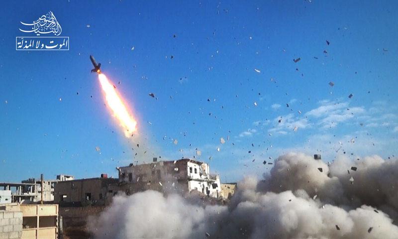 """صاروخ """"عمر"""" أطلقته المعارضة على نقاط قوات الأسد في حي المنشية - 17 نيسان 2017 (البنيان المرصوص)"""