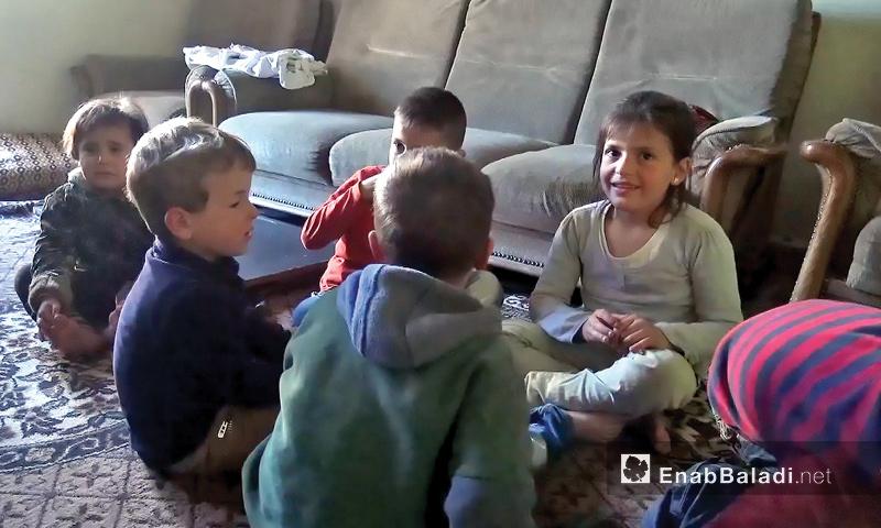 أطفال يلعبون سوية في بيتهم الذي تعيش فيه خمسة عوائل بإدلب - 15 نيسان 2017 (عنب بلدي)
