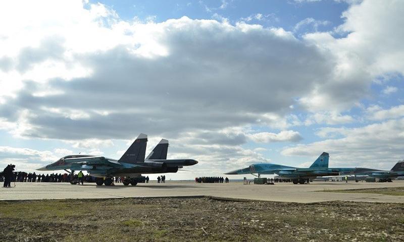 """أرشيفية- طائرات حربية روسية في قاعدة """"حميميم"""" (فيس بوك)"""