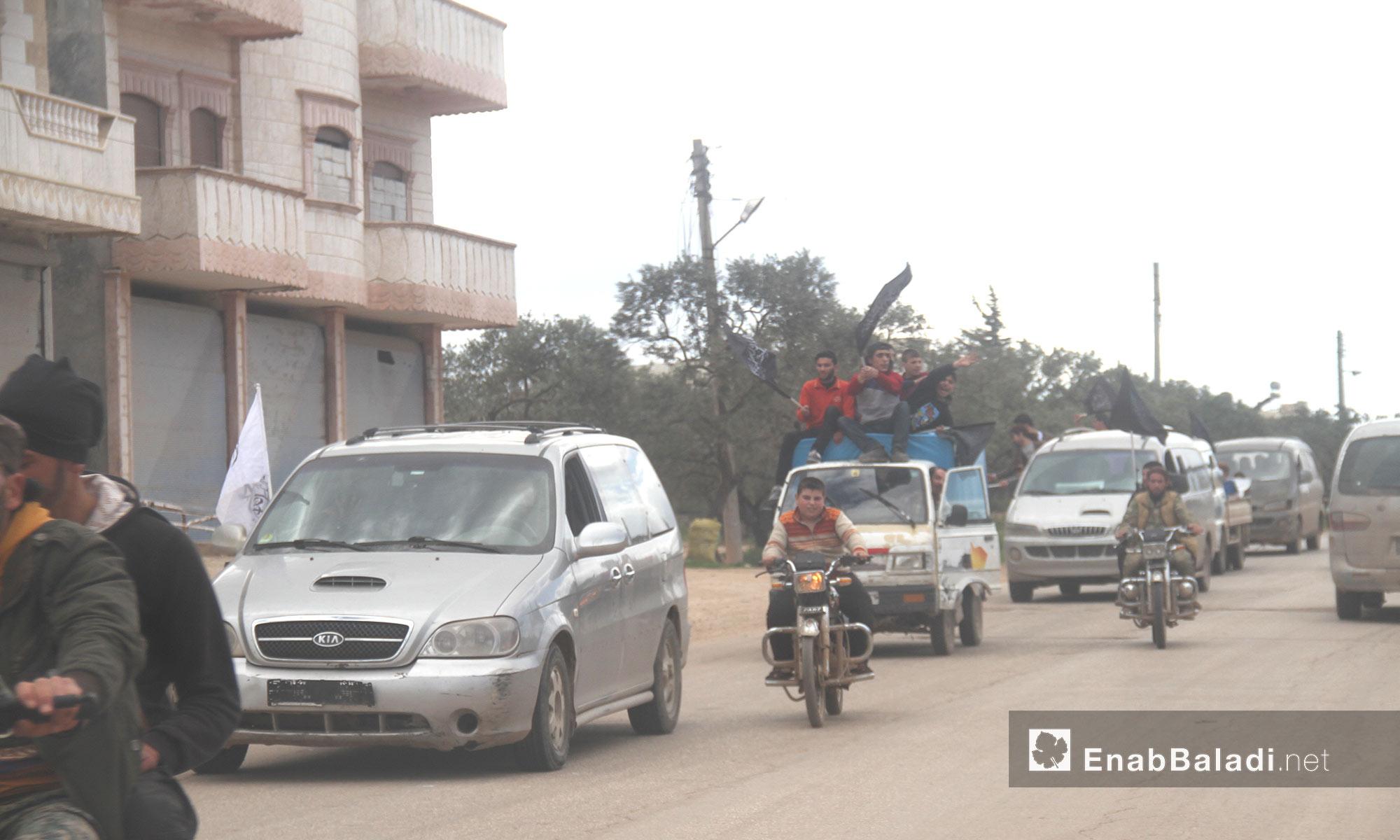 """متظاهرون خرجوا من مدينة إدلب منددين باتفاق """"المدن الخمس"""" - 14 نيسان 2017 (عنب بلدي)"""