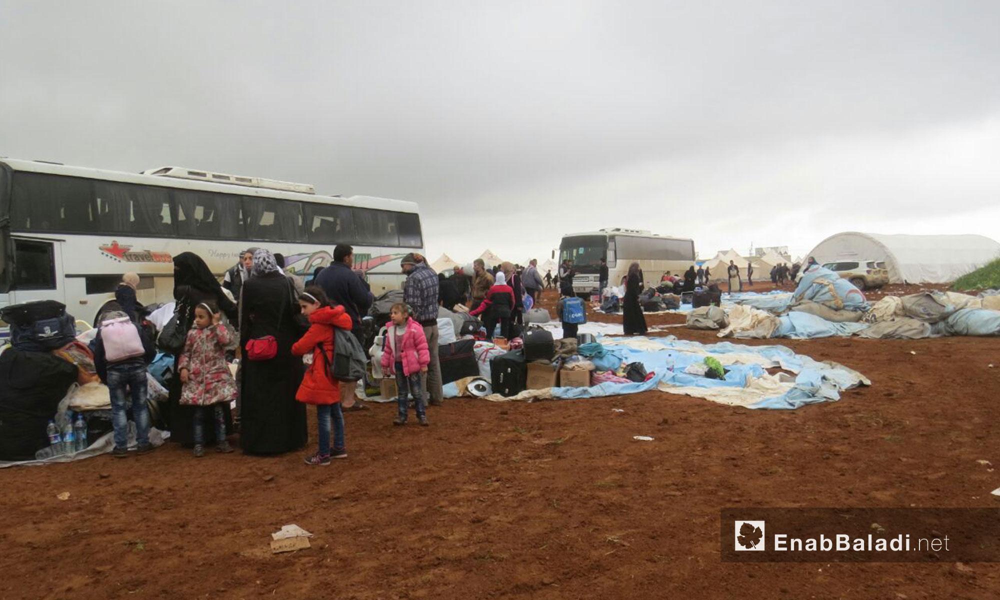 الدفعة الرابعة من سكان حي الوعر التي وصلت إلى جرابلس في ريف حلب الشمالي - 9 نيسان 2017 (عنب بلدي)