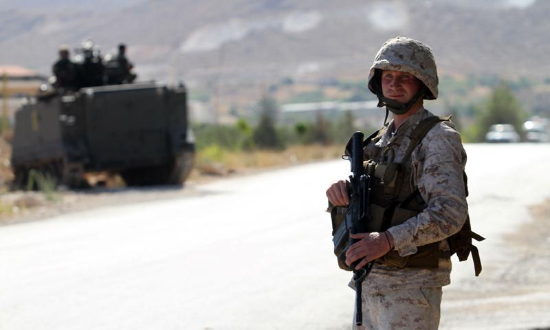 عنصر من الجيش اللبناني على حاجز عند مدخل عرسال في منطقة البقاع - 3 آب 2014 (AFP)