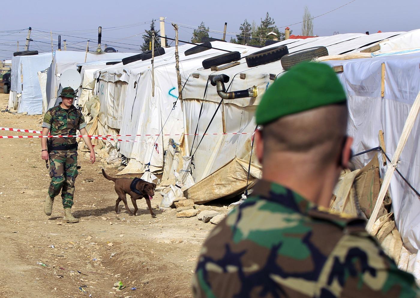 جنود لبنانيون في مخيم لللاجئين السوريين في بلدة الدلهمية في البقاع قبل زيارة مسؤول رفيع المستوى (AP)